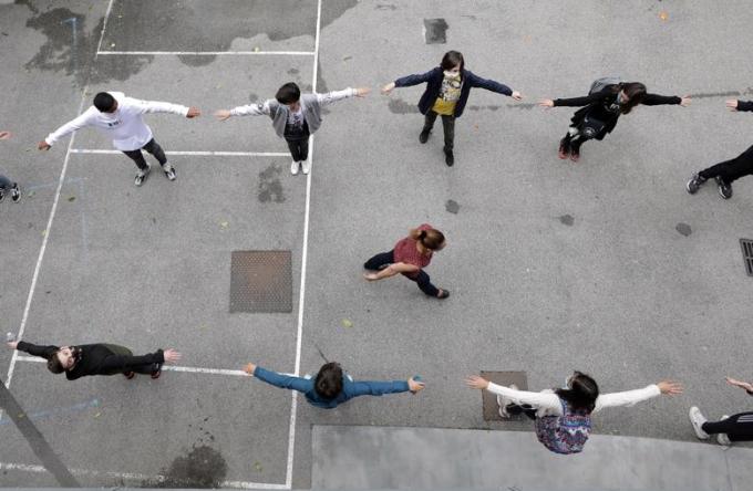 """<p class=""""Normal""""><span>Học sinh thực hành giãn cáchxã hội trong sân trường College Sasserno, Pháp.</span></p>"""