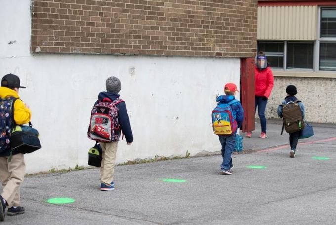 """<p class=""""Normal""""><span>Các chấm màu xanh lá cây được sơn tại sân trường giúp học sinh giữ khoảng cách. Hình chụp tạiSaint-Jean-sur-Richelieu, Quebec, Canada hôm 11/5.</span></p>"""