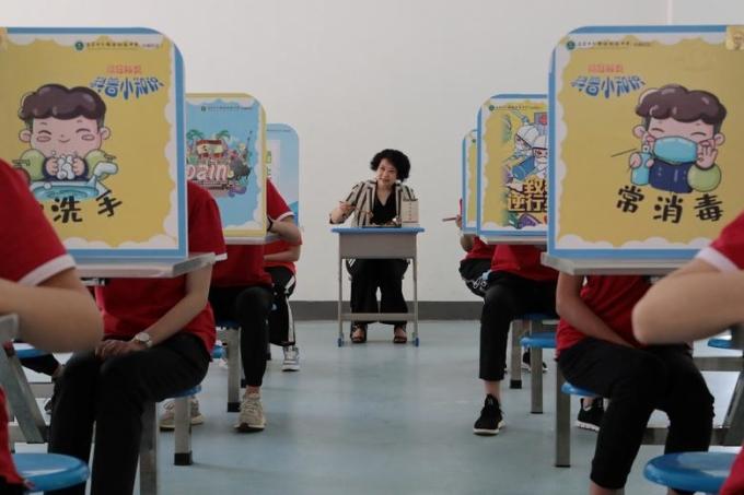 """<p class=""""Normal""""><span>Giáo viên và học sinh tại trường trung học cơ sở vừa mở cửa trở lại ở Yichang, tỉnh Hồ Bắc, Trung Quốc, ngày 18/5.</span></p>"""
