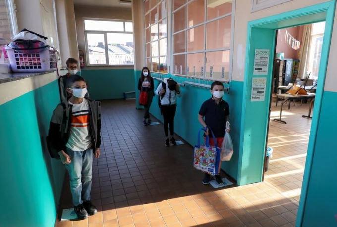 """<p class=""""Normal""""><span>Học sinh đứng trên những ô sơn được đánh dấu sẵn trước khi vào lớp tại trường tiểu học ởJumet, Bỉ.</span></p>"""