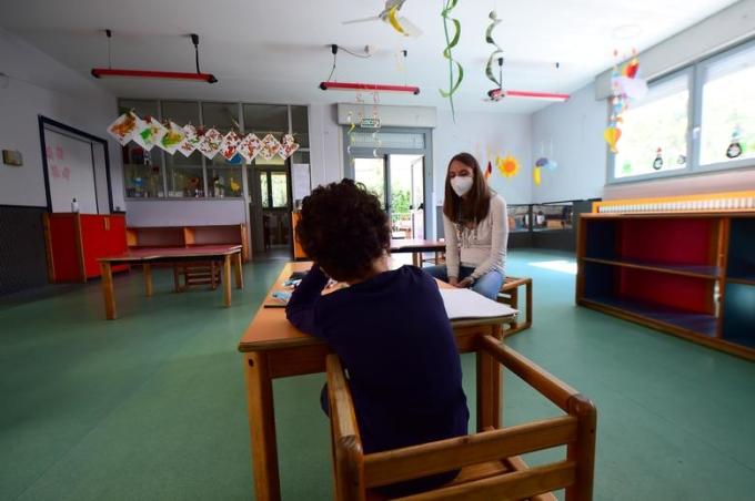 """<p class=""""Normal""""><span>Một đứa trẻ và cô giáo tại trường mẫu giáo ở</span><span>vùng Piemonte, gần Vercelli, Italy.</span></p>"""