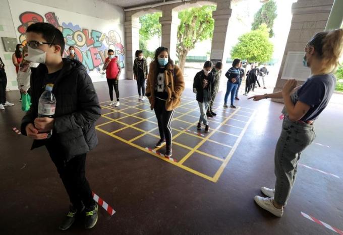 """<p class=""""Normal""""><span>Học sinh xếp hàng tại trường tiểu học Simone Veil (Nice, Pháp), 12/5.</span></p>"""