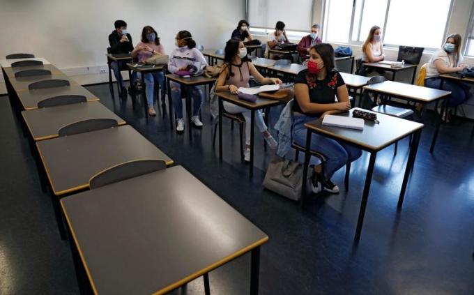 """<p class=""""Normal""""><span>Học sinh đeo khẩu trang và ngồi giữ khoảng cách tối thiểu 2 m tại trường trung học D. Pedro V ở Lisbon, Bồ Đào Nha, hôm18/5.</span></p>"""