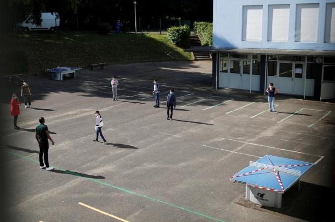 """<p class=""""Normal""""><span>Học sinh giữkhoảng cách an toàn trong sân trường College Rosa Parks ởNantes, Pháp, hôm 20/5.</span></p>"""