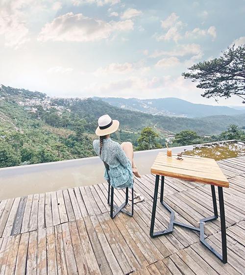 Diệp Lâm Anh tận hưởng giây phút bình yên, ngồi ngắm cảnh ở Đà Lạt.