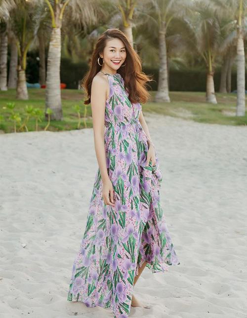 Vào mùa hè, Thanh Hằng có cả bộ sưu tập váy hoa đủ màu sắc, kiểu dáng. Đây cũng là trang phục lý tưởng nhất để xua tan cơn nóng, tạo cảm giác mát mẻ ngay từ khi nhìn.