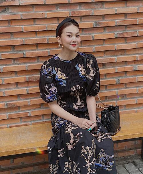 Turban vải được Thanh Hằng sắm liên tục vì rất hợp với những bộ váy hoa, lại giúp gương mặt tươi sáng, gọn gàng trong những ngày chảy mỡ.
