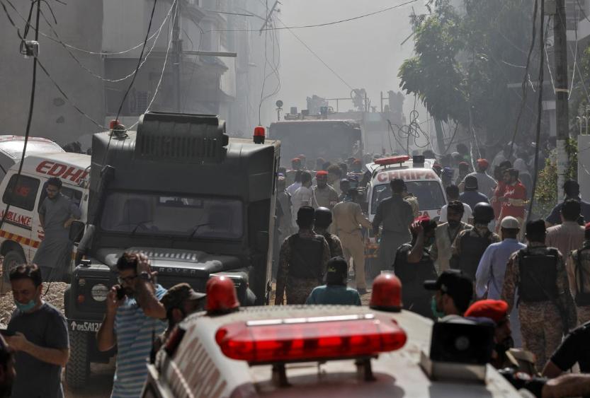 Xe cứu thương, cứu hỏa tập trung tại nơi xảy ra vụ tai nạn máy bay tại thành phố Karachi, Pakistan. Ảnh: Reuters.