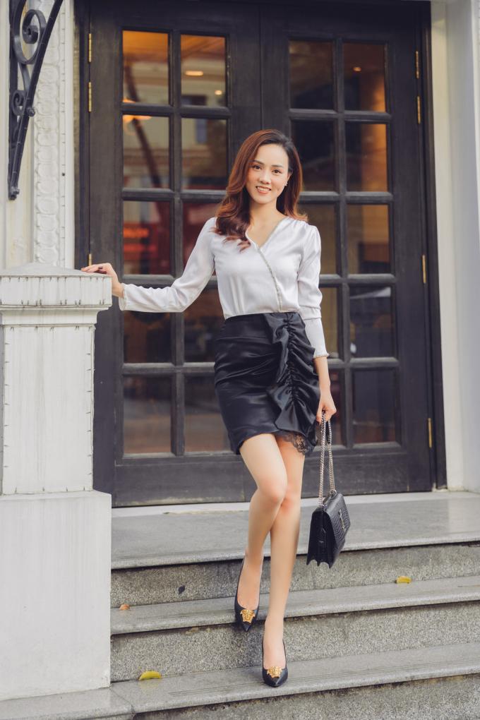 <p>Bộ váy đen trắng được Ngọc Hà kết hợp cùng chiếc túi YSL yêu thích và đôi giày Versace giá gần 20 triệu đồng.</p>