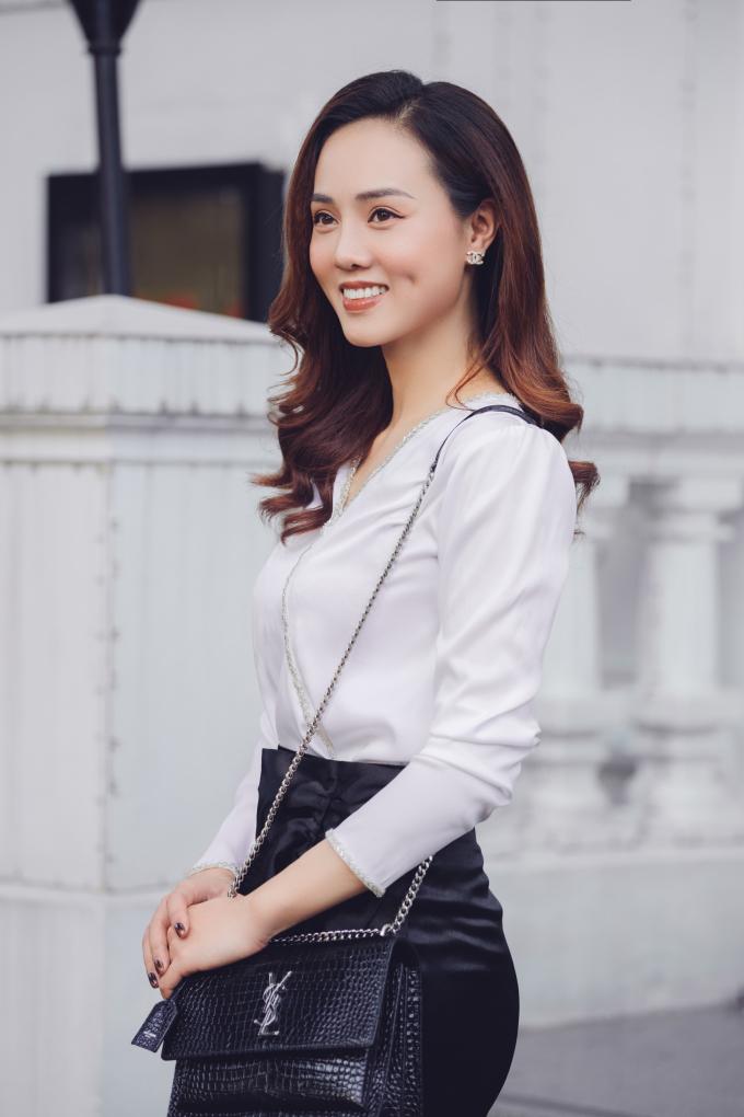 """<p class=""""Normal"""">Ngọc Hà cho biết cô chuộng mặc đồ của các nhà thiết kế Việt như Hòa Nguyễn, Quỳnh Trần, hoặc các hãng bình dân Zara, Mango, Jaspal... Tuy nhiên phụ kiện luôn được người đẹp ưu tiên sắm từ những nhà mốt cao cấp.</p>"""