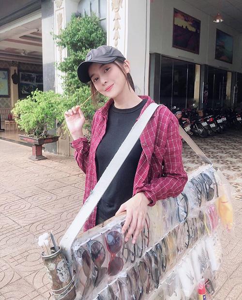 Cao Thái Hà hóa cô gái bán hàng rong nhưng vẫn xinh hết nấc.
