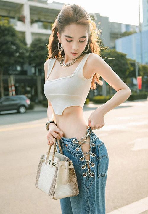 Vốn chuộng những kiểu đồ táo bạo khoe dáng, Ngọc Trinh không ngại thử mốt jeans cắt khoét hông mạnh tay. Đây là xu hướng đang hot trên thế giới nhưng ở Việt Nam, nữ hoàng nội y là người tiên phong vì quần quá kén dáng.