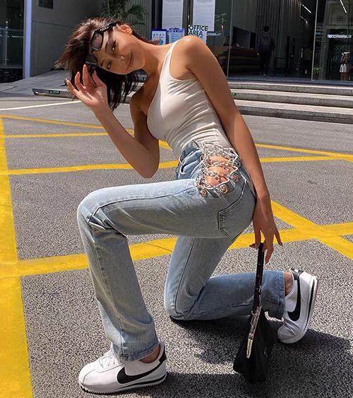 Các tín đồ thời trang thế giới khi diện mốt quần này hầu hết đều chọn cách mặc không nội y, để lộ vùng xương hông quyến rũ.