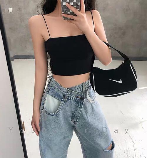 Các cô gái ít người ứng dụng kiểu jeans vạt lệch như Tóc Tiên, thay vào đó là cài khuy chéo cũng độc đáo không kém nhưng dễ dùng hơn hẳn.