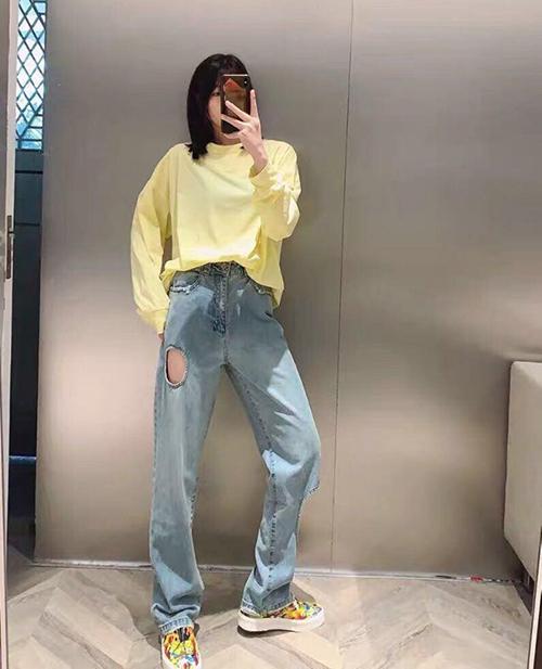 Nếu không biết cách mix đồ đi kèm thần thái sang chảnh, khi mặc jeans thủng lỗ trông sẽ chẳng khác gì mặc quần... bị rách.