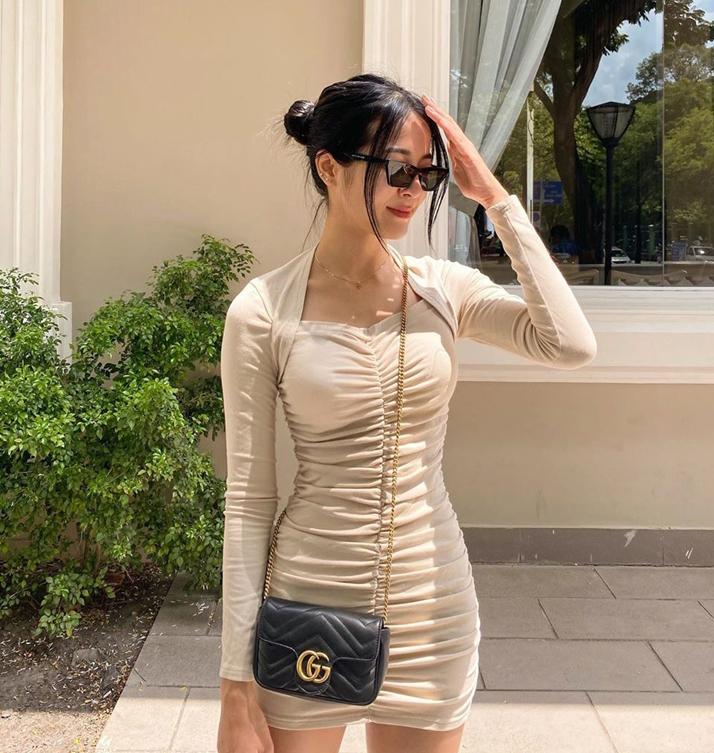 Diện váy bó sát, Karen Nguyễn chọn kiểu tóc búi rối đang được các cô gái Âu Mỹ yêu thích.