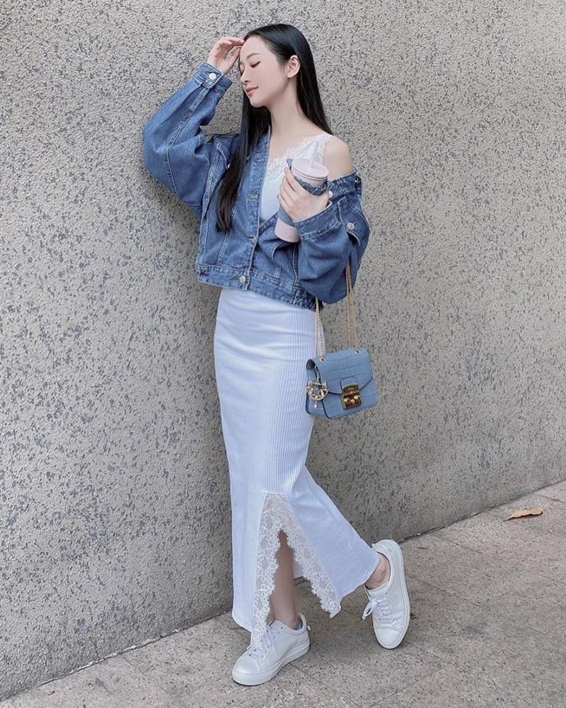 Để giúp chiếc váy thun đắp ren cảm hứng phòng ngủ trông sang trọng hơn khi ra phố, Jun Vũ diện cùng áo khoác jeans.