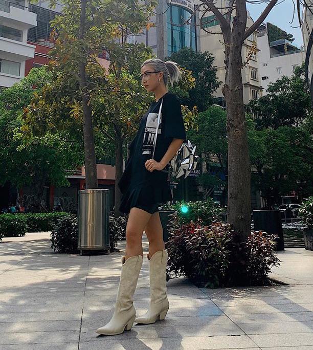 Quỳnh Anh Shyn trung thành với phong cách Tây cá tính. Diện áo phông, hot girl kết hợp cùng đôi boots cao bồi làm điểm nhấn.