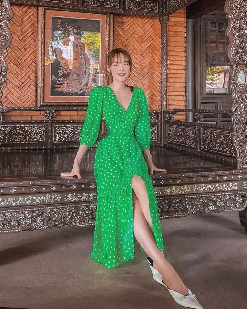 Minh Hằng giải nhiệt mùa hè với chiếc đầm chấm bi xanh lá mát mắt.