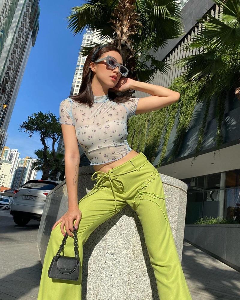 Tông xanh bơ được Sa Lim ứng dụng trong trang phục xuống phố tuần này. Lối mix cùng croptop xuyên thấu cũng thể hiện cảm hứng 90 rõ nét của set đồ.