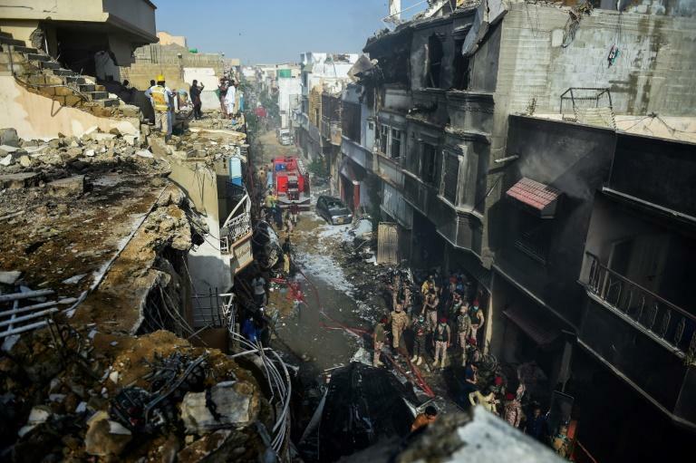 Các toà nhà đổ nát sau khi máy bay va chạm. Ảnh: AFP/Rizwan TABASSUM.