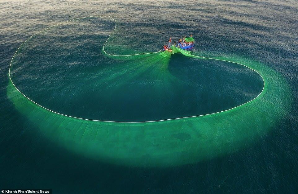 Người xem đã thực sự bị mê hoặc bởi màu xanh của lưới đánh cá khổng lồ nổi bật trên nền biển xanh