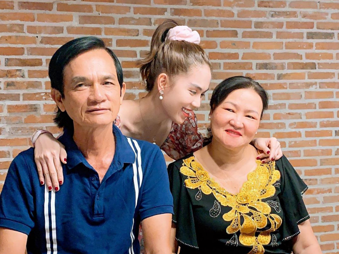 Ngọc Trinh đưa bố mẹ và cả đại gia đình đi ăn nhà hàng.