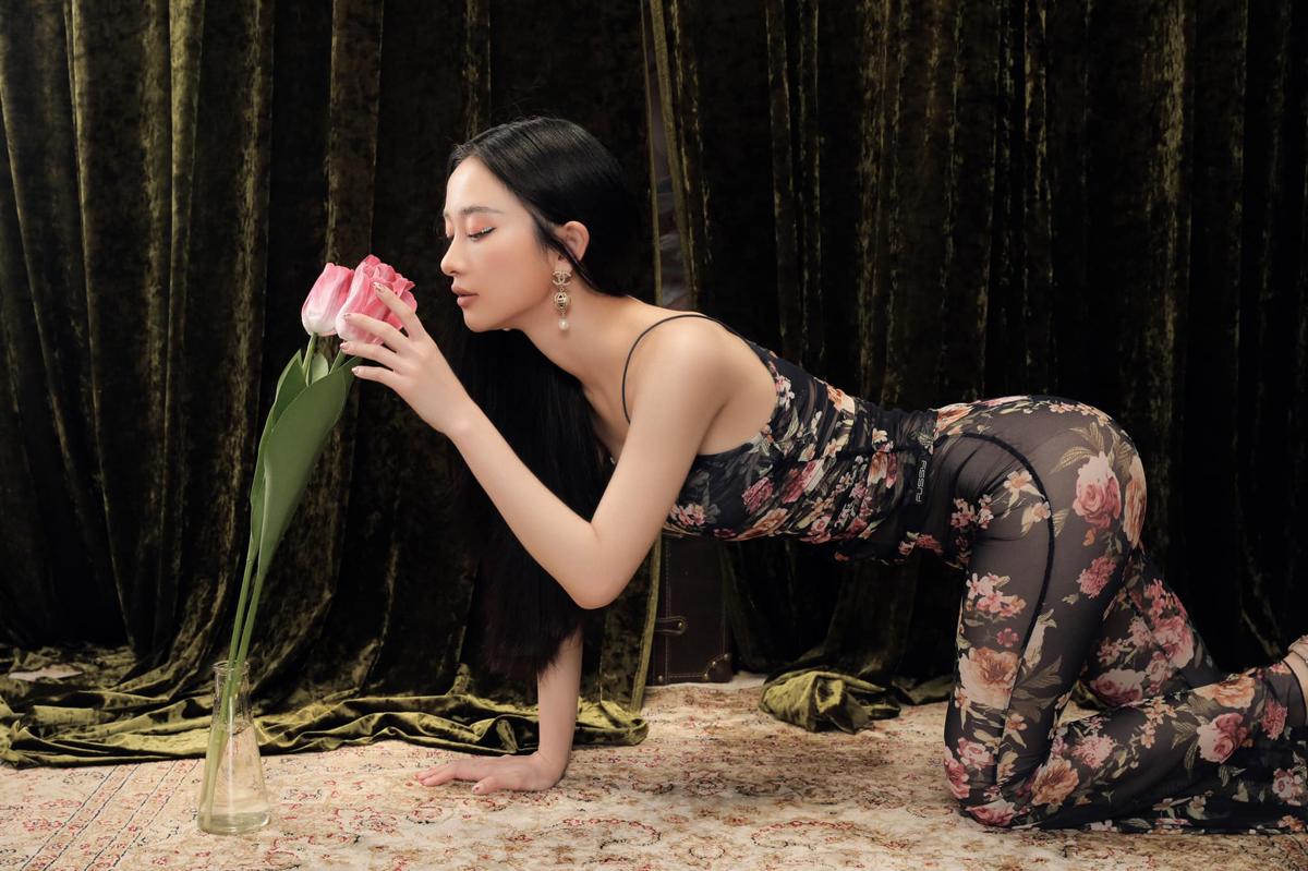 Mặc jumpsuit xuyên thấu, Jun Vũ còn kết hợp cùng cách tạo dáng gợi cảm tăng độ sexy.