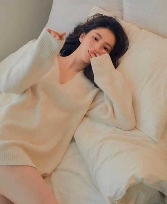 Han So Hee gợi cảm trên giường.