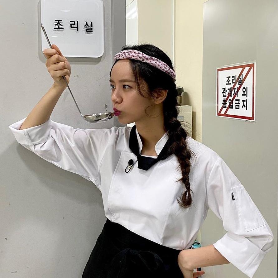 Hye Ri hóa đầu bếp đầy chuyên nghiệp.