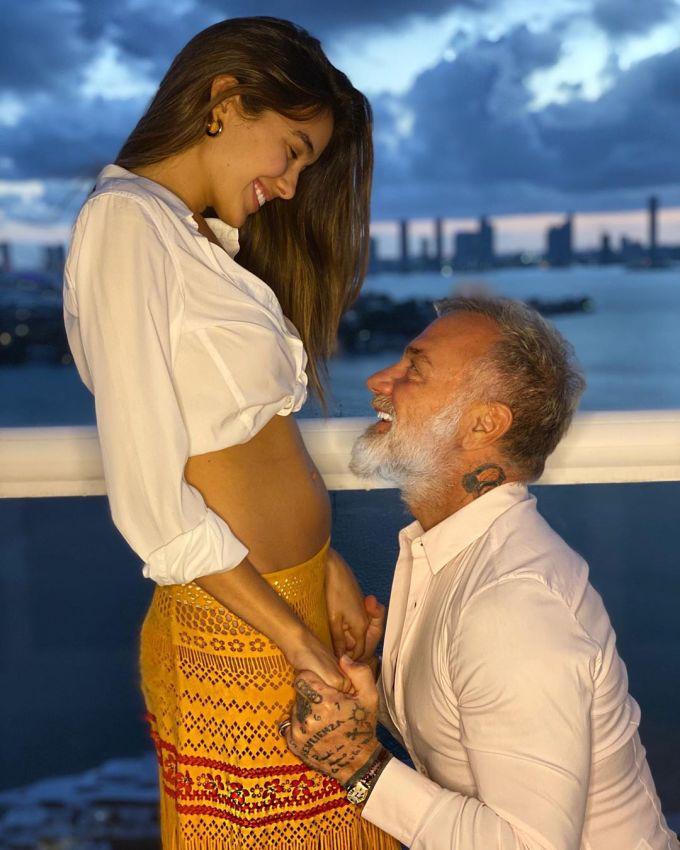 """<p class=""""Normal"""">Ngưỡi mẫuSharon Fonseca hẹn hò cùng đại gia 52 tuổi từ năm 2017. Sau ba năm hẹn hò, cặp đôi vui mừng khi Sharon mang thai.Gianluca Vacchi chia sẻ: ''Đây là món quà quá tuyệt vời. Tôi luôn mong con mình sẽ có một người mẹ tốt như Sharon''.</p>"""