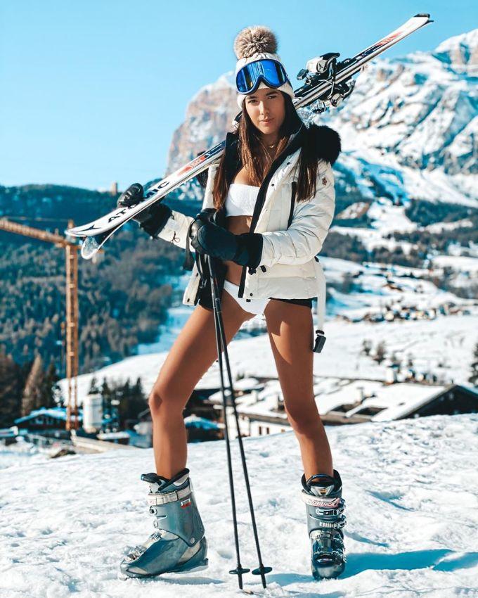 <p>Nữ người mẫu 25 tuổi tạo dáng trên tuyết với bikini hai mảnh.</p>