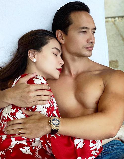 Sau 3 năm hẹn hò với Kim Lý, Hà Hồ đang mang song thai ở tháng thứ ba. Đây cũng là lý do thời gian qua, nữ ca sĩ chỉ chụp ảnh lấy nửa thân trên đồng thời diện những trang phục suông rộng, che giấu vòng hai.