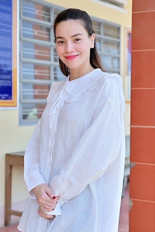 Ngay cả khi đi từ thiện, bạn gái Kim Lý cũng mặc sơ mi rộng rãi - trang phục trước đây ít khi cô mặc.