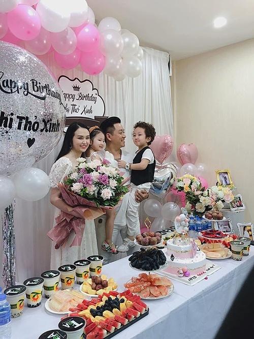 Hương Baby được Tuấn Hưng tổ chức tiệc sinh nhật tại công ty của cô.