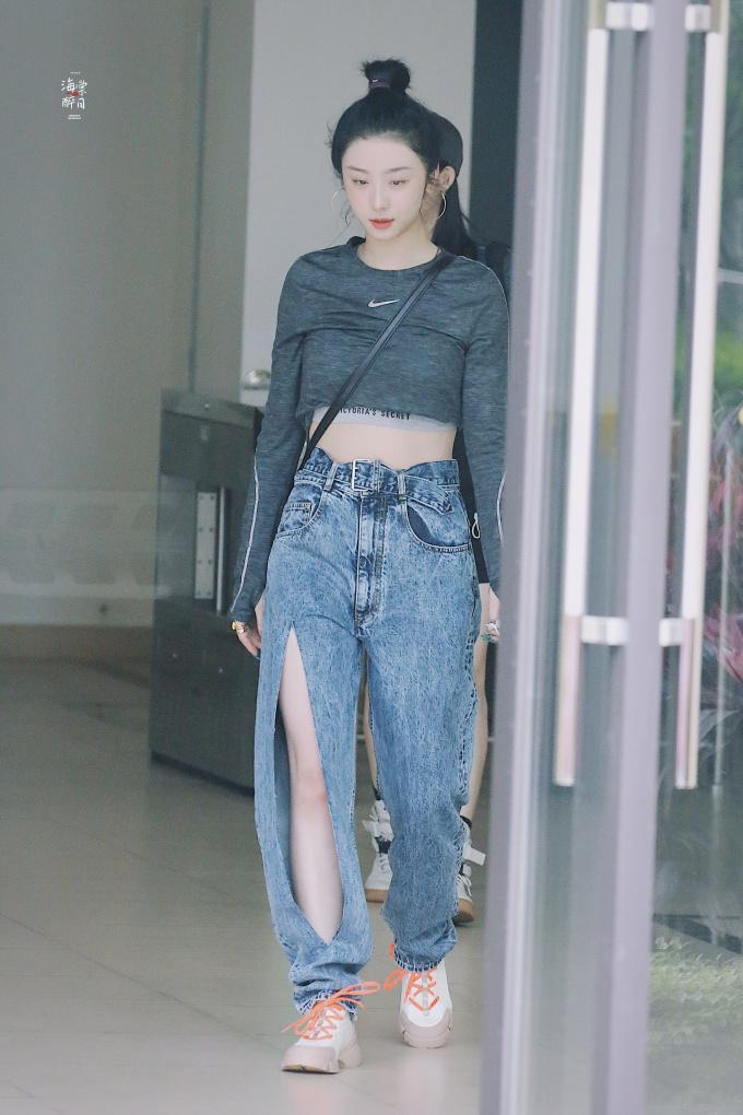 <p>Nữ thực tập sinh chuộng những chiếc bratop khỏe khoắn. Trang phục phòng tập của Triệu Tiểu Đường có nét phá cách với kiểu áo thể thao Nike và quần jeans xẻ táo bạo.</p>