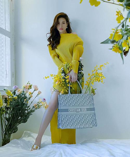 Người đẹp không quên bế bụng bầu thực hiện những photoshoot đậm chất thời trang. Diện váy suông, Đông Nhi khéo dùng chiếc túi hiệu để vừa che vòng hai, vừa thể hiện đẳng cấp sang chảnh.