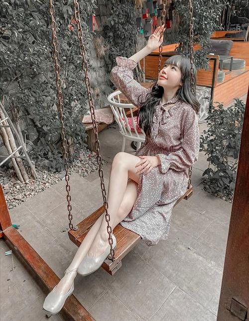 Elly Trần bình luận hài hước về bức ảnh: Thiếu nữ mong manh mảnh mai mềm mại mộng mơ mụ mị mang mác mệt mỏi một mình style.