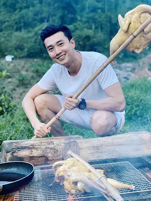 Quốc Trường viết trên trang cá nhân: Chàng trai bán mì cay nhưng lại thích ăn gà xé phay.