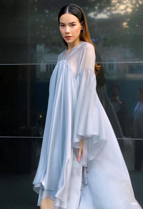 Trước đây, bạn gái Kim Lý chuộng khoe eo con kiến bằng những bộ đầm bó sát. Khi chuẩn bị lên chức mẹ lần hai, cô chuyển qua các thiết kế rộng rãi, bay bổng.