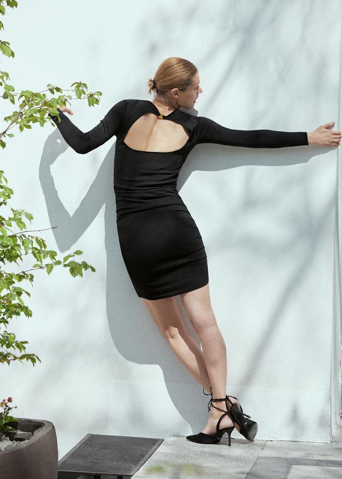 Bức ảnh của người mẫu khi diện chiếc váy ôm tuy chụp toàn thân nhưng với cách tạo dáng khó hiểu, sản phẩm mất đi nét đẹp mà trông có phần kỳ quặc.