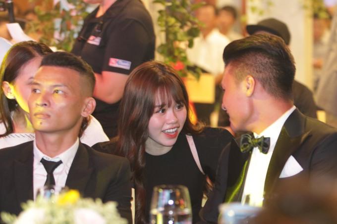 <p>Huỳnh Anh hào hứng với những câu chuyện của Quang Hải.</p>