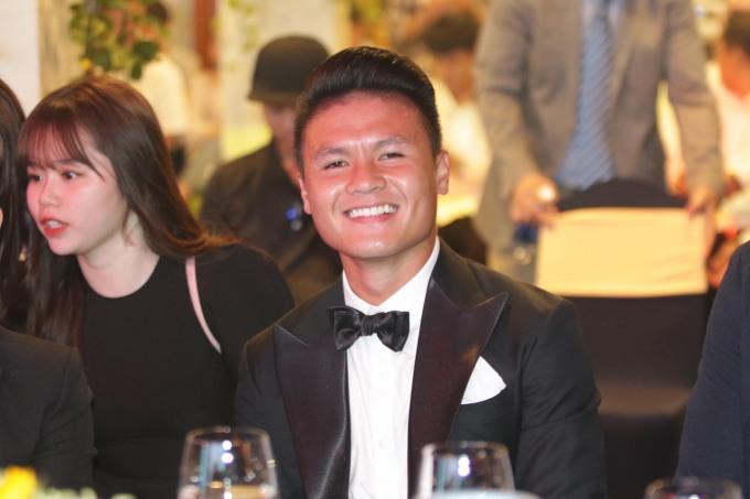 <p>Tối 26/5, Quang Hải có mặt tại lễ trao giải Quả bóng Vàng 2019. Đi cùng anh có bạn gái mới - Huỳnh Anh. Trước đó, Quang Hải đã khoe trên trang cá nhân có bạn gái ''tháp tùng'' vào TP HCM. Cả hai tình cảm đi thử vest để Quang Hải mặc trong lễ trao giải.</p>