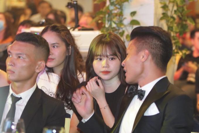 <p>Mở đầu buổi lễ, Quang Hải và bạn gái liên tục trò chuyện. Tiền vệ CLB Hà Nội rất quan tâm đến bạn gái ngồi phía sau, anh liên tục ngoái đầu ra sau trò chuyện cùng Huỳnh Anh.</p>