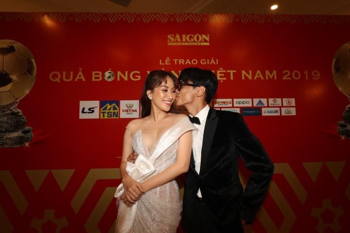 <p>Khánh Thi - Phan Hiển là người công bố giải thưởng Nam/Nữ cầu thủ trẻ xuất sắc.</p>