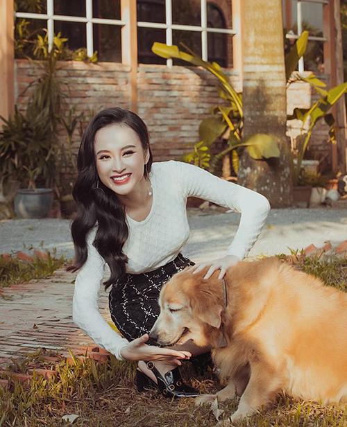 Angela Phương Trinh nghịch ngợm bên chú chó xinh xắn.