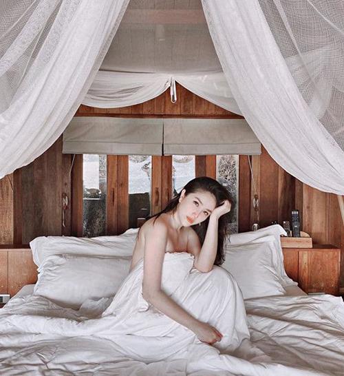 Bảo Thy khoe vẻ gợi cảm trong khu resort ở Phan Thiết.