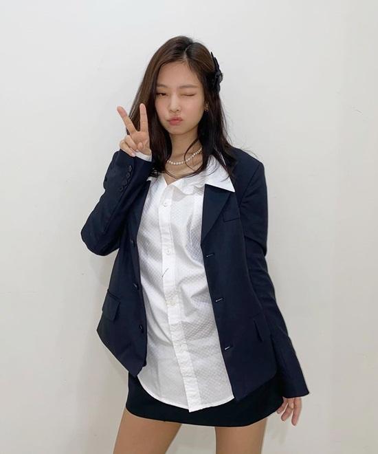 Jennie khoác vest, sơ mi nhưng vẫn trẻ trung nhờ điệu bộ dễ thương.