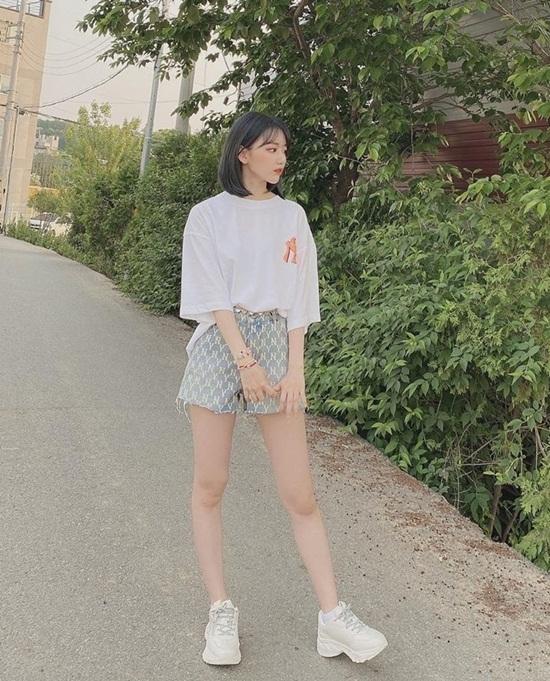 Sakura (IZONE) diện set đồ đơn giản, đầy vẻ thanh xuân tươi trẻ. Cô nàng được khen hợp với tóc ngắn nhuộm màu tối.