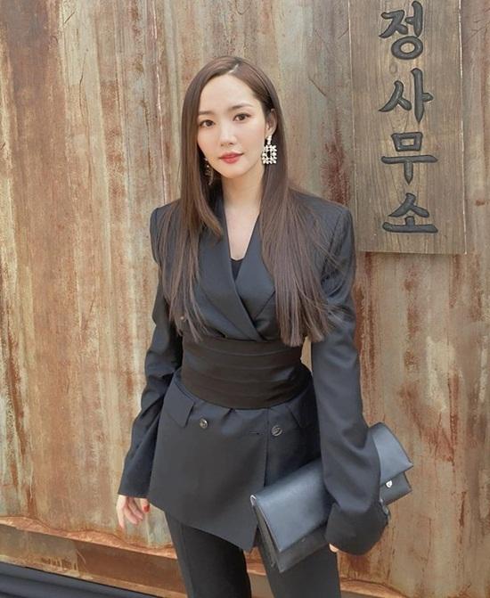 Park Min Young diện cây đen sắc sảo.